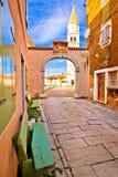 Cidade do quadrado da rua da pedra de Visnjan e da opinião do vertical da igreja Fotografia de Stock