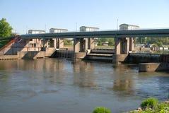 Cidade do rio da grama da natureza Fotos de Stock Royalty Free