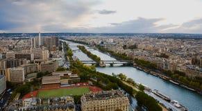 Cidade do rio de Paris e de Seine da elevação acima foto de stock