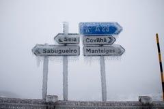 Cidade do sinal de estrada com gelo fotografia de stock