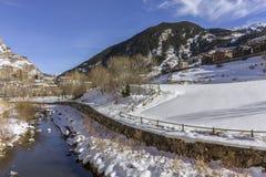 Cidade do througt do rio de Valira da vila de Canillo andorra Fotografia de Stock