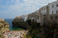 A cidade do turista de Polignano em Itália com sua baía bonita imagem de stock royalty free