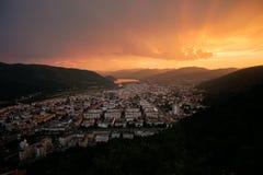 Cidade dourada do por do sol foto de stock royalty free