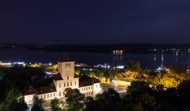 Cidade Drobeta-Turnu Severin da noite, Romênia Foto de Stock