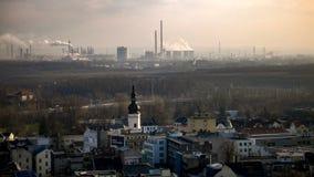 Cidade e área industrial ao lado da área povoada em Ostrava em Czechia Imagens de Stock Royalty Free