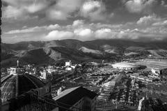 A cidade e as montanhas foto de stock