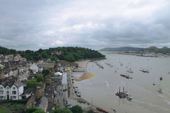 Cidade e barcos em um porto nebuloso Imagem de Stock Royalty Free
