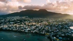 Cidade e céu Por do sol de Ray Montanha imagem de stock