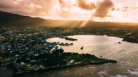 Cidade e céu Por do sol de Ray Ouro Sun foto de stock royalty free