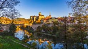 Cidade e castelo coloridos Loket sobre o rio de Eger no próximo do Ka imagens de stock royalty free