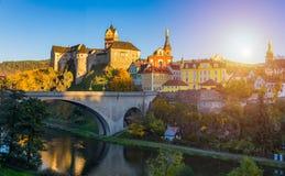 Cidade e castelo coloridos Loket sobre o rio de Eger no próximo do Ka fotos de stock