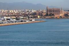 Cidade e catedral na costa de mar Palma de Majorca, Espanha Foto de Stock Royalty Free