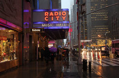 Cidade e Fifth Avenue de rádio no tempo chuvoso, NYC, EUA Foto de Stock Royalty Free