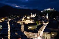 Cidade e fortaleza velhas na noite Salzburg Áustria imagens de stock royalty free