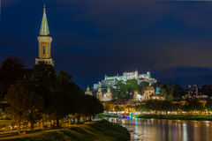 Cidade e fortaleza velhas na noite Salzburg Áustria fotografia de stock
