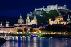 Cidade e fortaleza velhas na noite Salzburg Áustria fotos de stock