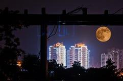 Cidade e lua Fotos de Stock Royalty Free