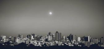 Cidade e lua de Divinopolis Brasil em um dia ordinário foto de stock royalty free