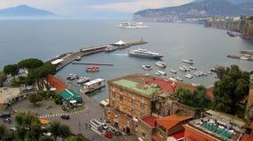 Cidade e mar bonitos Fotos de Stock Royalty Free