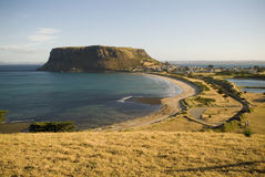Cidade e montanha do beira-mar Foto de Stock