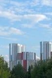 Cidade e natureza - prédios modernos nas árvores verdes Fotos de Stock Royalty Free