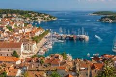A cidade e o porto velhos do iate da ilha de estância turística popular de Hvar, Croácia imagens de stock