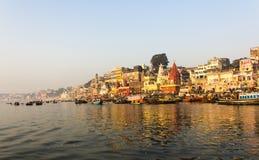 A cidade e os ghats de Varanasi foto de stock