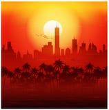 Cidade e palmeiras no cartaz retro do por do sol Fotos de Stock