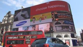 Cidade e Piccadilly Circus de Londres com os turistas que andam na rua filme