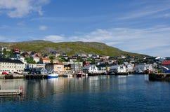 Cidade e porto, Honningsvag, a municipalidade de Nordkapp, Noruega imagem de stock royalty free