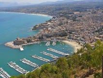 Cidade e praia do beira-mar imagens de stock royalty free