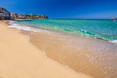 Cidade e Sandy Beach velhos bonitos de Algaloja em Córsega fotografia de stock