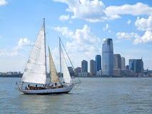 Cidade e um barco de vela Fotos de Stock