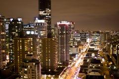 Cidade elevada da ascensão na noite fotografia de stock