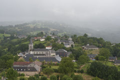 Cidade em um cume em França Região Midi Pyrenees Fotos de Stock Royalty Free