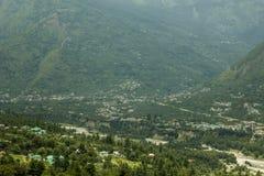 A cidade em um vale da montanha com um rio foto de stock