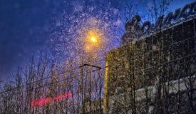 Cidade em uma queda de neve na noite polar Fotografia de Stock