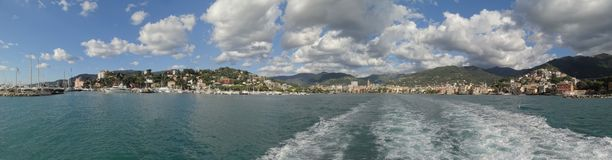 A cidade encantador do beira-mar de Rapallo e do litoral Ligurian foto de stock royalty free