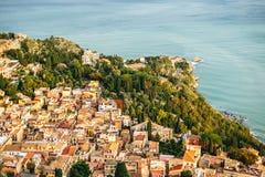 Cidade ensolarada com paisagem da montanha, Sicília, Itália Imagem de Stock