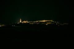 Cidade espanhola na noite Cumbres Mayores Imagens de Stock