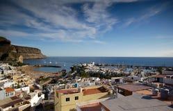 Cidade espanhola pequena pelo oceano com porto e praia Fotos de Stock Royalty Free