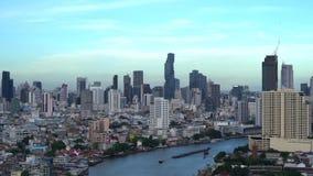 Cidade esperta Distrito, construções do arranha-céus, e Chao Phraya River financeiros Área central de Banguecoque com o céu azul  video estoque