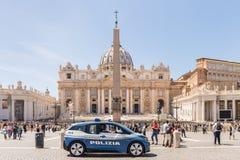 CIDADE ESTADO DO VATICANO - 27 DE ABRIL DE 2019: Carro de polícia no quadrado de St Peter, di San Pietro da praça, para a seguran foto de stock