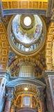CIDADE ESTADO DO VATICANO, ITÁLIA: 11 DE OUTUBRO DE 2017: O interior do ` de St Peter Fotos de Stock Royalty Free