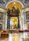 CIDADE ESTADO DO VATICANO, ITÁLIA: 11 DE OUTUBRO DE 2017: O interior do ` de St Peter Foto de Stock