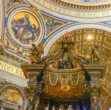 CIDADE ESTADO DO VATICANO, ITÁLIA: 11 DE OUTUBRO DE 2017: O interior do ` de St Peter Fotografia de Stock