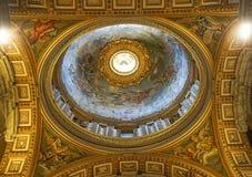CIDADE ESTADO DO VATICANO, ITÁLIA: 11 DE OUTUBRO DE 2017: Teto interior do St Imagens de Stock