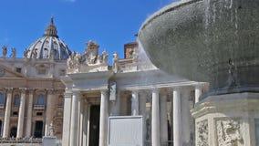 CIDADE ESTADO DO VATICANO, VATICANO - 26 de março de 2017: Turistas que visitam o quadrado e a basílica de St Peter em Roma vídeos de arquivo