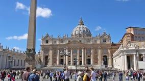 CIDADE ESTADO DO VATICANO, VATICANO - 26 de março de 2017: Turistas que visitam o quadrado e a basílica de St Peter em Roma zoom filme