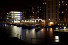 Cidade europeia do norte moderna na noite imagens de stock royalty free